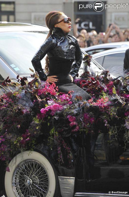 Lady Gaga arrive comme une diva sur une jaguar remplie de fleurs pour présenter son nouveau parfum Fame au magasin Sephora sur les Champs-Elysées le 23 septembre 2012