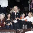 Arlette Gordon entre ses amies Tonie Marshall, Evelyne Bouix, Anouk Aimée, Marthe Keller et Nathalie Baye, au club 13 à Paris le 23 septembre.