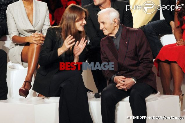 Carla Bruni et Charles Aznavour : moment de complicité sur le plateau de l'émission Hier Encore enregistrée le 19 septembre 2012.   Photo exclusive. Interdiction de reproduction