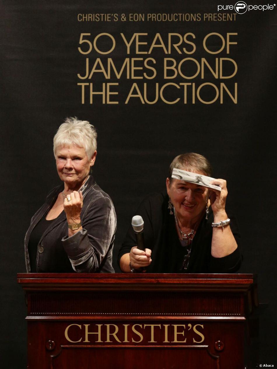 Dame Judi Dench était en pleine forme, et a plaisanté sur le maillot de bain La Perla de Daniel Craig dans Casino Royale. Vente aux enchères d'objets de la saga James Bond donnés par les acteurs de la franchise, chez Christie's, à Londres, le 5 octobre 2012