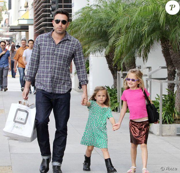 Ben Affleck et ses filles Violet et Seraphina font des courses chez Barnes & Noble à Los Angeles, le 6 octobre 2012. Responsable d'un léger accident de voiture, Ben Affleck n'a pas manqué de laisser un mot au propriétaire.