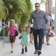 Ben Affleck et ses filles, les adorables Violet et Seraphina font des courses à Los Angeles, le 6 octobre 2012. Responsable d'un léger accident de voiture, Ben Affleck n'a pas manqué de laisser un mot au propriétaire.