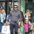 Ben Affleck et ses filles Violet et Seraphina font des courses à Los Angeles, le 6 octobre 2012. Responsable d'un léger accident de voiture, Ben Affleck n'a pas manqué de laisser un mot au propriétaire.