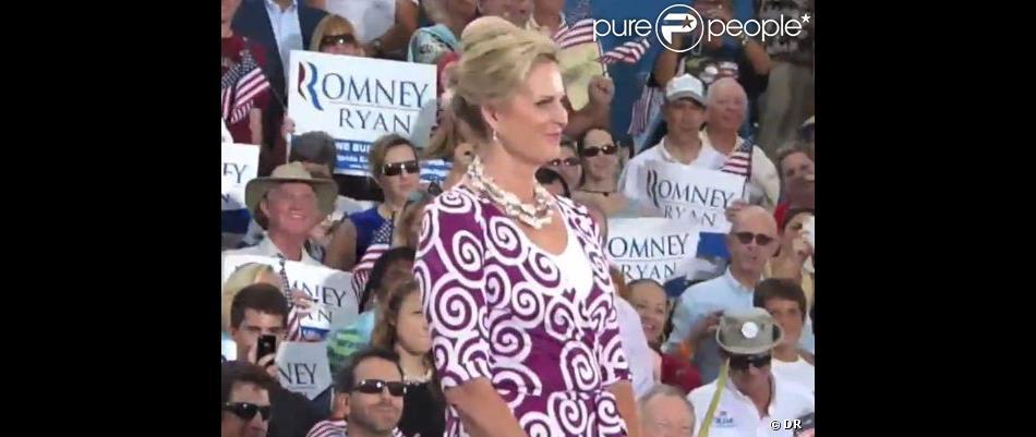 Ann Romney porte une robe Diane von Furstenberg lors du meeting de son époux Mitt Romney à Port St. Lucie. Le 7 octobre 2012.