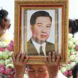 Une femme pleure l'ancien roi du Cambodge Norodom Sihanouk, décédé le 15 octobre 2012 à 89 ans à Pékin, lors d'un hommage le 19 octobre à Phnom Penh.