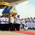 Image du rapatriement de la dépouille de l'ancien roi du Cambodge Norodom Sihanouk, le 17 octobre 2012 à Phnom Penh, en présence du Premier ministre Hun Sen, du roi Norodom Sihamoni et de la reine mère Norodom Monineath Sihanouk.