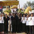 La reine mère du Cambodge Norodom Monineath Sihanouk, le roi Norodom Sihamoni et le Premier ministre Hun Sen pleurent la mort de l'ancien roi Norodom Sihanouk, décédé le 15 octobre 2012 à 89 ans.