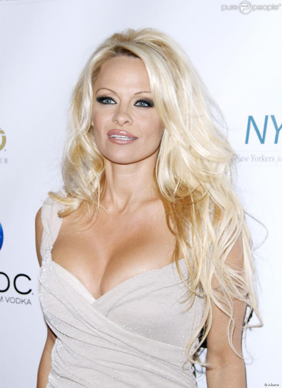pamela anderson sexy et tr s d collet e pour prot ger les chevaux de new york purepeople. Black Bedroom Furniture Sets. Home Design Ideas