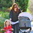 Alyson Hannigan surveille sa fille Satyana à Los Angeles le 25 octobre 2012.