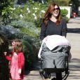 Alyson Hannigan promène ses filles Satyana et Keeva Jane à Los Angeles le 25 octobre 2012.
