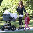 Alyson Hannigan et ses filles dans le quartier de Brentwood à Los Angeles le 25 octobre 2012.