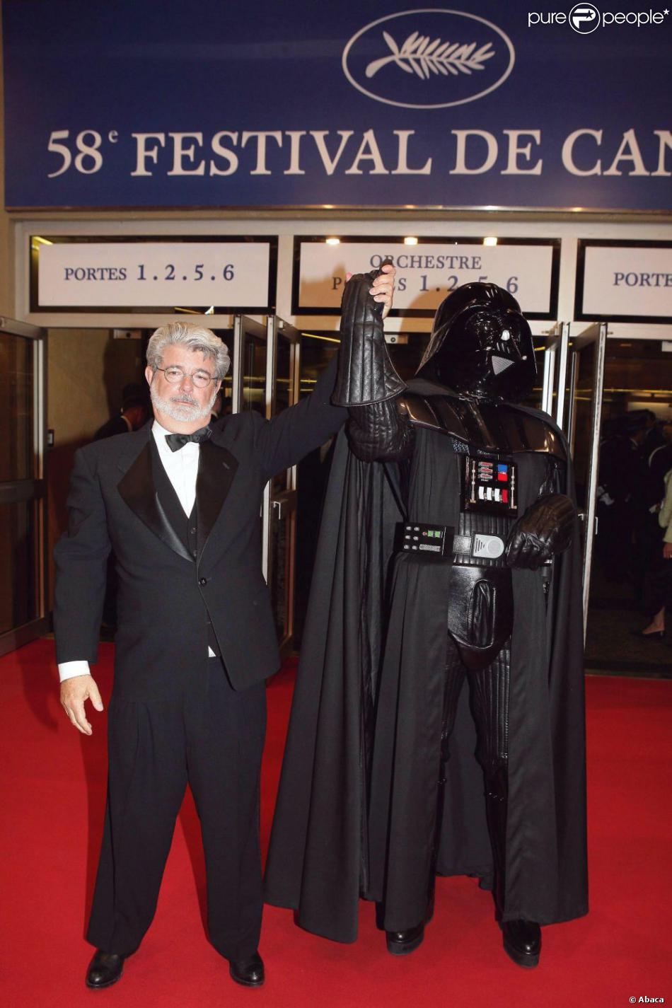George Lucas et son personnage mythique Dark Vador le 15 mai 2005 au Festival de Cannes
