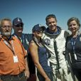 """""""Felix Baumgartner, sa future femme Nicole Oetl et sa famille après avoir sauté à 39 kilomètres d'altitude, franchissant le mur du son le 14 octobre 2012, à Roswell, au Nouveau-Mexique."""""""