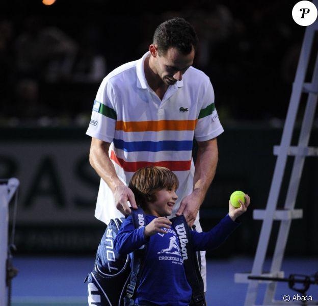 Michaël Llodra et son fils Théo après sa victoire sur John Isner lors du Masters 1000 de Paris Bercy le 31 octobre 2012