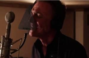Christophe Hondelatte retrouve ses mimiques étranges dans le clip de Cybernight
