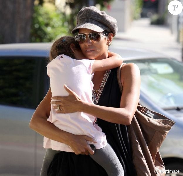 Halle Berry avec sa fille Nahla dans ses bras à Los Angeles le 19 octobre 2012