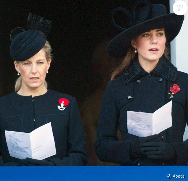 Kate Middleton, en l'absence de Camilla Parker Bowles, était recueillie avec la comtesse Sophie de Wessex pour les célébrations du Dimanche du Souvenir (Remembrance Sunday), le 11 novembre 2012 au cénotaphe de Londres.