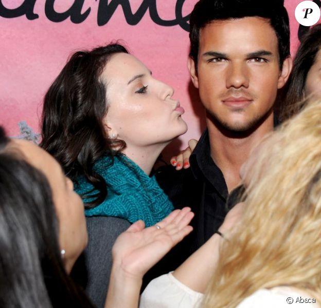 Taylor Lautner, même en cire, déclenche l'hystérie des fans.