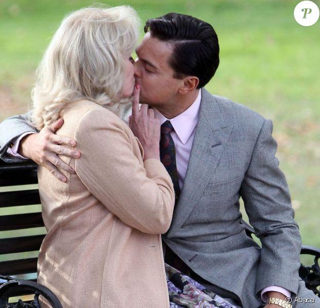 Leonardo DiCaprio et Joanna Lumley s'embrassent sur le tournage de The Wolf of Wall Street à Prospect Park dans Brooklyn à New York, le 20 novembre 2012.