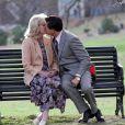 Leonardo DiCaprio et Joanna Lumley partagent un baiser pour les besoins d'une scène sur le tournage de  The Wolf of Wall St  reet  à Prospect Park dans Brooklyn à New York, le 20 novembre 2012.