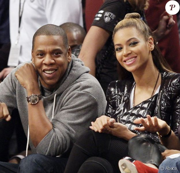 Jay-Z et Beyoncé, de bonne humeur, assistent au match entre les Brooklyn Nets et les Los Angeles Clippers au Barclays Center. New York, le 23 novembre 2012.