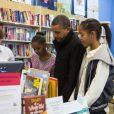Barack Obama et ses filles Malia et Sasha font du shopping pour soutenir les petits commerces le 24 novembre 2012
