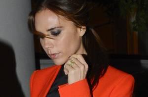 Victoria Beckham : Lumineuse en orange face à la sexy Liz Hurley