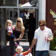 Dennis Quaid et sa femme Kimberly Buffington avec leurs jumeaux Thomas et Zoe en 2010. Fin 2012, le couple divorce.
