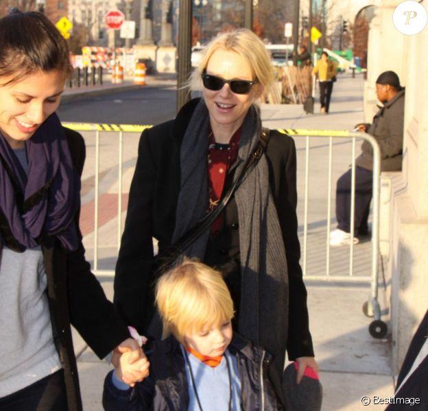 Naomi Watts, son compagnon Liev Schreiber et leurs fils Alexander et Samuel ont pris un train pour New York au départ de Washington D.C. Le 3 decembre 2012 : leurs enfants sont des anges irrésistibles