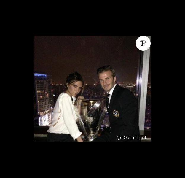 David Beckham et sa femme Victoria posent avec le trophée de la MLS obtenu le 1er décembre 2012 à Los Angeles