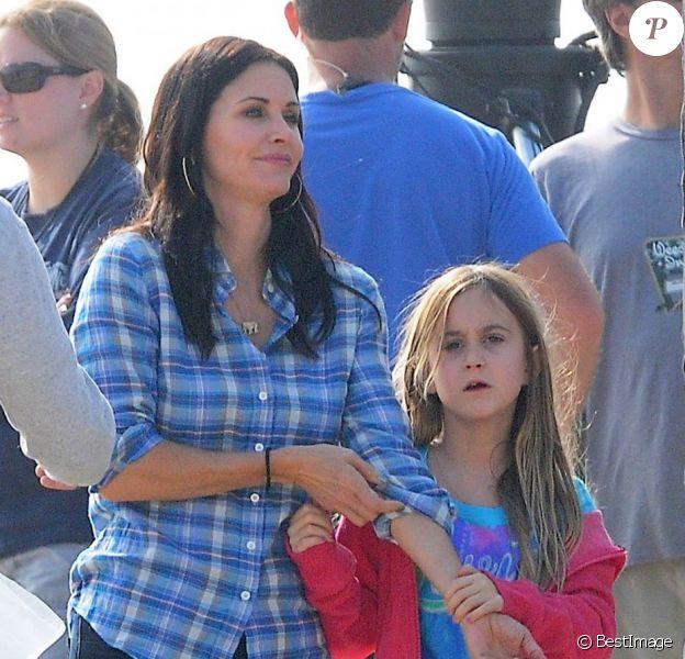 """Courteney Cox et sa fille Coco, sur le tournage de """"Cougar Town"""" à Malibu, le 6 decembre 2012."""