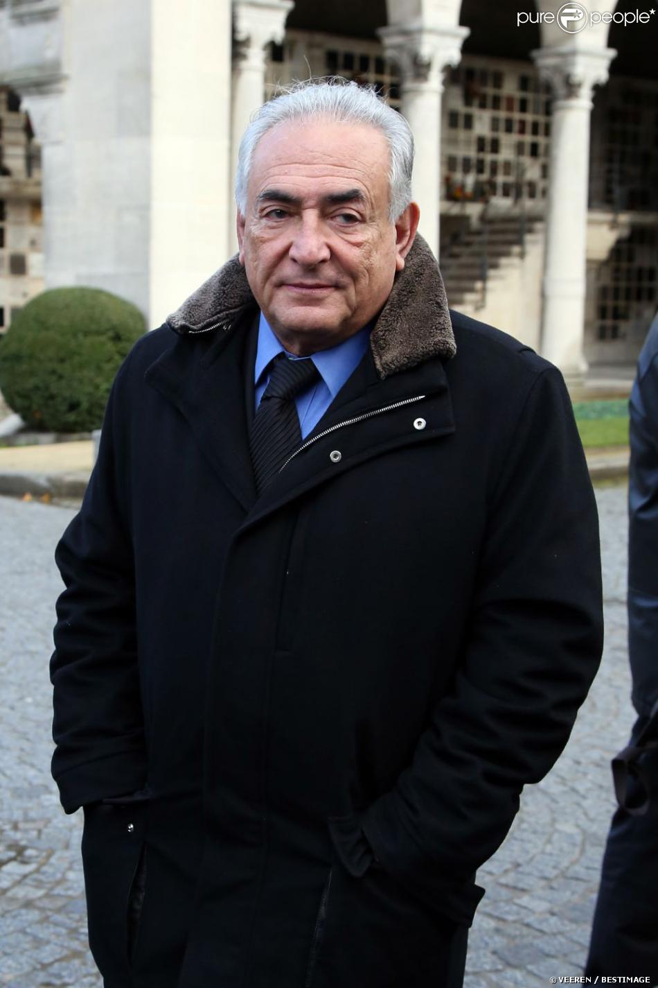 Dominique Strauss Kahn assiste aux obsèques de Erik Izraelewicz, ancien directeur du journal Le Monde, au Père Lachaise à Paris, le 4 décembre 2012.