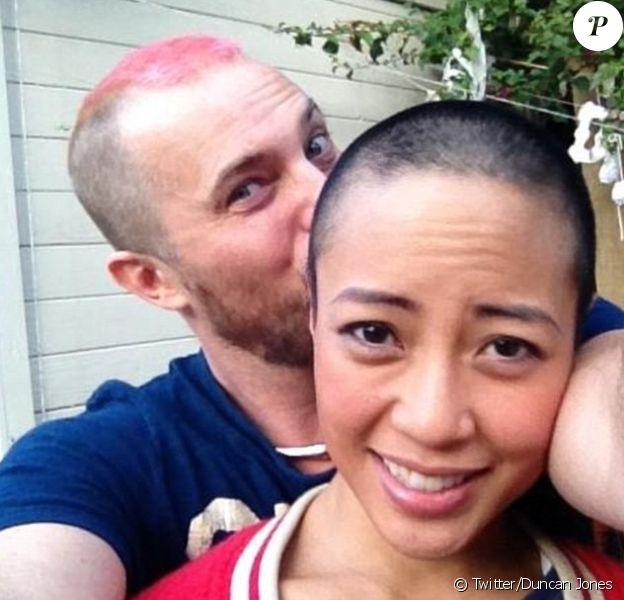 Duncan Jones, le fils de David Bowie, a posté cette photo en soutien de son épouse Rodene Ronquillo. Il l'a épousée le 6 novembre 2012, le jour même où le couple apprenait qu'elle était atteinte d'un cancer du sein au stade 2.