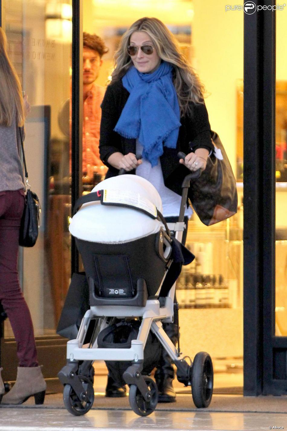 Molly Sims de sortie shopping avec son jeune fils de 6 mois en poussette, dans les rues de Beverly Hills, le vendredi 14 décembre 2012.