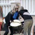 Molly Sims de sortie shopping avec son jeune fils de 6 mois, dans les rues de Beverly Hills, le vendredi 14 décembre 2012.