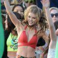 AnnaLynne McCord danse sur le tournage de la série 90210 à Huntington Beach à Los Angeles, le 17 décembre 2012 - AnnaLynne McCord, superbe en maillot, n'a pas froid aux yeux