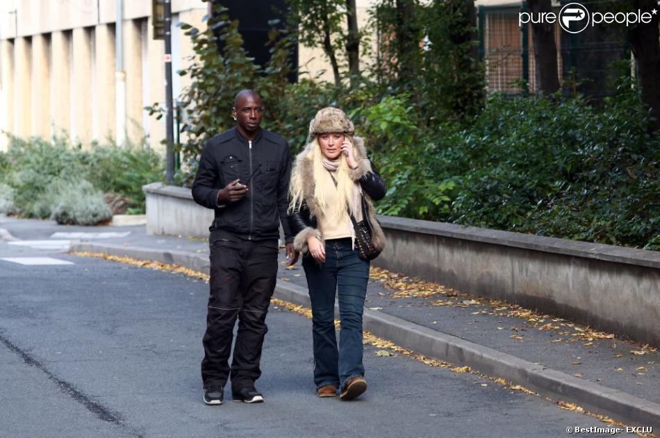 Loana à la sortie de l'hôpital Sainte-Anne à Paris le 16 octobre 2012
