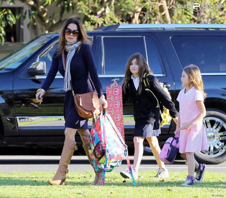 Brooke Burke, élégante et sexy, va chercher ses filles à l'école à Malibu le 20 décembre 2012