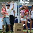Jennifer Lopez, son petit ami Casper Smart et ses enfants Max et Emme lors d'un match de football caritatif à San Juan sur l'île de Puerto Rico pour les victimes de l'ouragan Sandy, le 22 décembre 2012.