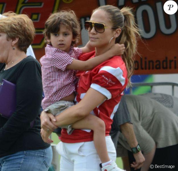 Jennifer Lopez, son petit ami Casper Smart et ses enfants Max et Emme lors d'un match de football caritatif à San Juan sur l'île de Puerto Rico pour les victimes de l'ouragan Sandy, le 22 décembre 2012. La chanteuse tient dans ses bras son jeune fils.