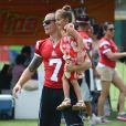 Jennifer Lopez, son petit ami Casper Smart et ses enfants Max et Emme lors d'un match de football caritatif à San Juan sur l'île de Puerto Rico pour les victimes de l'ouragan Sandy, le 22 décembre 2012. Toute la petite fille famille s'est amusée lors de l'événement.