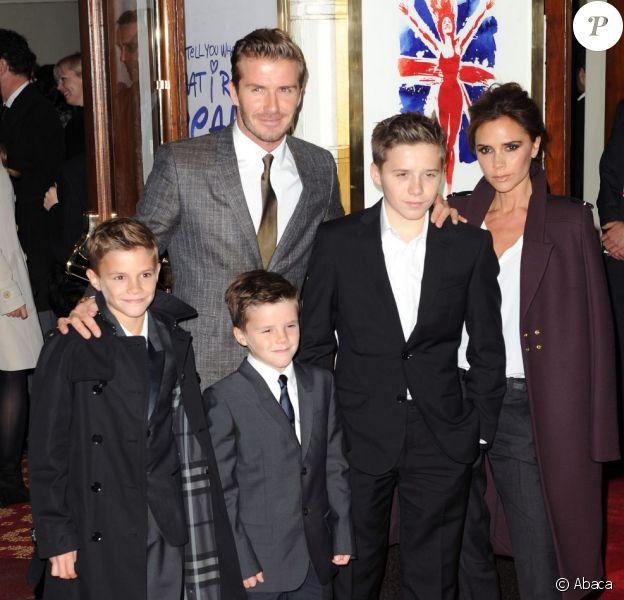 David Beckham et ses trois fils Romeo, Cruz et Brooklyn Beckham soutiennent Victoria Beckham lors de la première représentation de la comédie musicale Viva Forever à Londres. Le 11 décembre 2012.