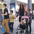 Victoria Beckham et ses enfants Brooklyn, Romeo, Cruz et Harper se promènent à Universal City, le 4 novembre 2012.