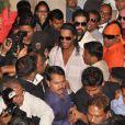Ronaldinho submergé lors de la conférence de presse de lancement du film d'animation  R-10 , dont il sera le héros, au Meridien Hotel de Pune, en Inde, le 28 décembre 2012.