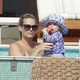 Molly Sims, son mari Scott Stuber et leur fils, l'adorable Brooks profitent de vacances à Cabo San Lucas au Mexique le 29 décembre 2012.