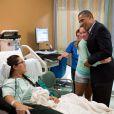 Barack Obama auprès de victimes de la tuerie d'Aurora dans le Colorado, le 22 juillet 2012.