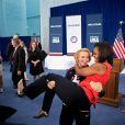 Aux Jeux olympiques de Londres, Michelle Obama rencontre la lutteuse américaine Elena Pirozhkova qui décide de soulever la first lady. Le 27 juillet 2012.