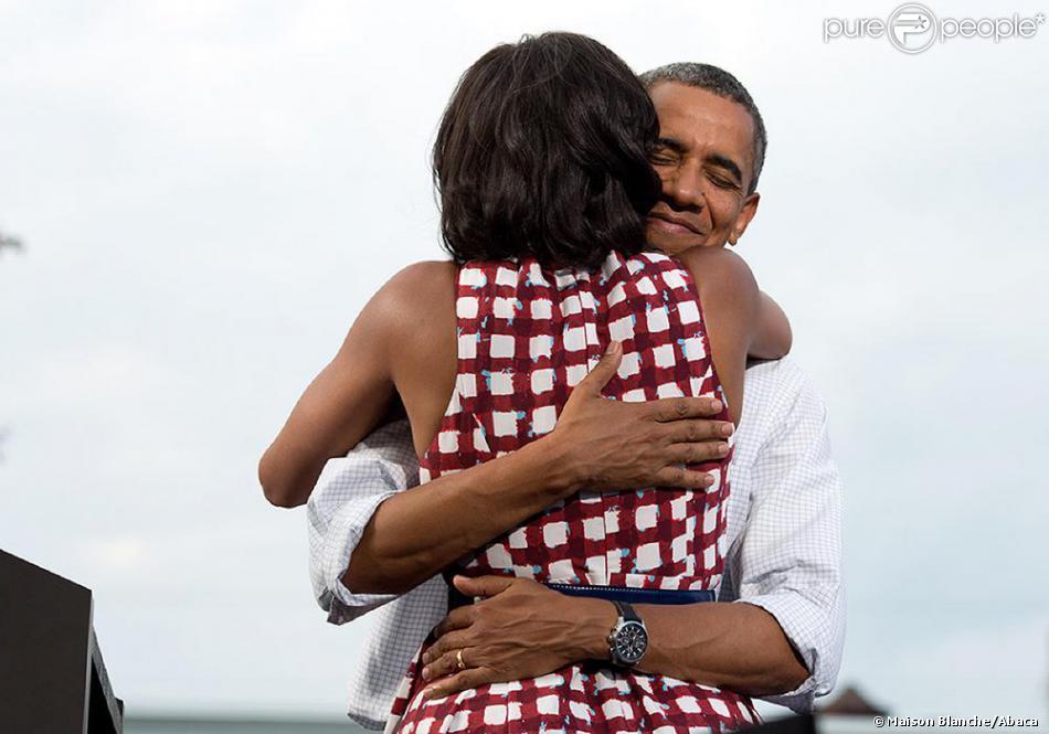 Lors d'un meeting à Davenport dans l'Iowa le 15 août 2012, Barack Obama prend dans ses bras Michelle qui vient de prononcer quelques mots en son honneur. Ce joli moment sera plusieurs fois immortalisés et servira en novembre pour annoncer la victoire d'Obama aux élections. Le cliché deviendra la photo la plus retweetée de l'histoire.