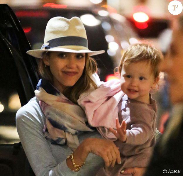Jessica Alba et sa fille Haven de retour de Cabo, au Mexique, après 8 jours de vacances. Aéroport de Los Angeles, le 6 janvier 2012
