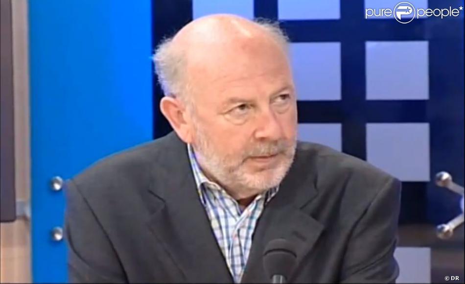 Pierre Veilletet en interview sur le plateau de la chaîne bordelaise TV7, en 2005.